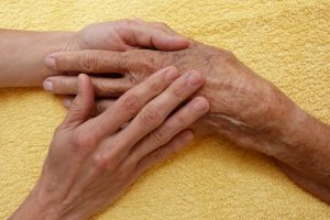 handenmassage-bij-ouderen